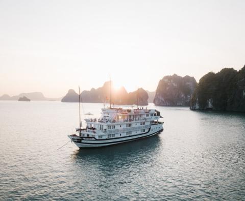 Du thuyền Bhaya Classic Hạ Long và Voucher 3 ngày 2 đêm Mường Thanh Hotel